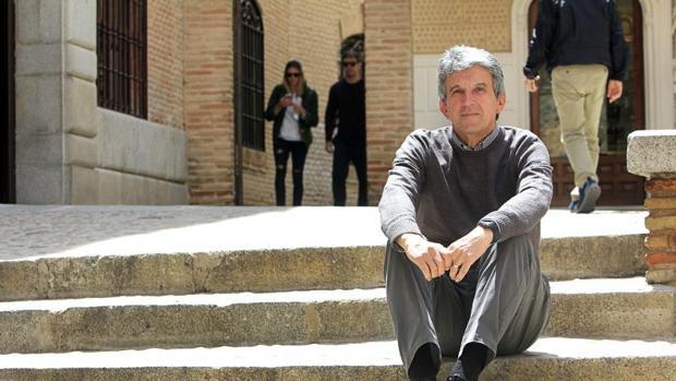 José Pablo Sabrido, en las escaleras junto al Ayuntamiento de Toledo