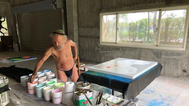 Imagen de Ripollés pintando para la Exposición del NAMOC en un estudio de Taichung (Taiwán) que le ha cedido un artista local