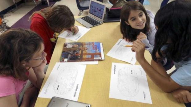 Los escolares buscan en el mapa y en vídeos información sobre Canarias