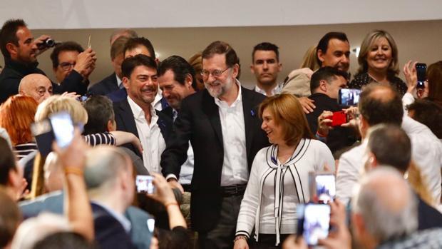 Rajoy junto al alcalde de Alicante y la presidenta regional del PP, Isabel Bonig, en el acto celebrado en esta ciudad