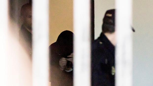 José Enrique Abuín, cubierto con una capucha, tras prestar declaración en Ribeira el pasado viernes