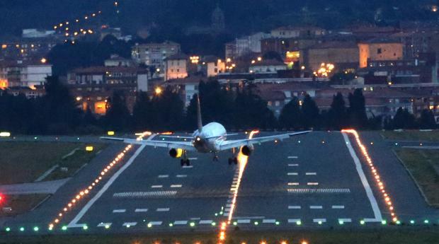Un avión aterriza en el aeropuerto de Loiu