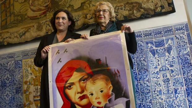 Colau y Carmena en la inaguruación de la exposición «No pasarán»