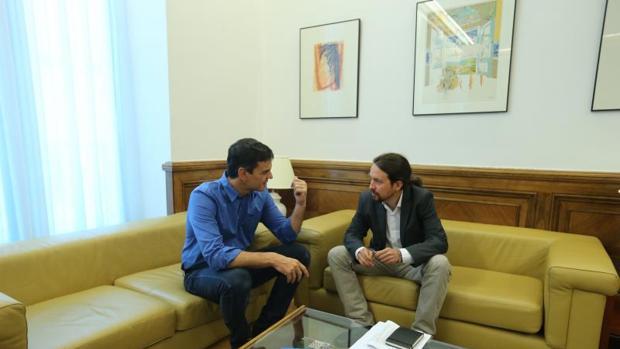 Pedro Sánchez y Pablo Iglesias durante una reunión en el Congreso en junio del pasado año