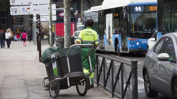 Un operario del servicio de limpieza viaria en el entorno de la plaza de Cibeles