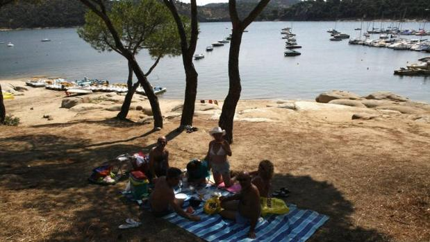 Una familia come en la playa del Pantano de San Juan