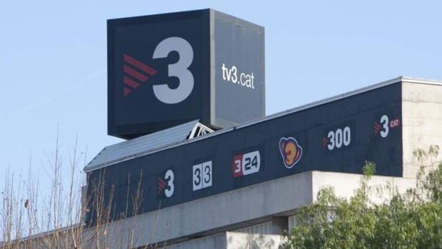 Sede de la radiotelevisión pública catalana, con los logos de sus múltiples canales