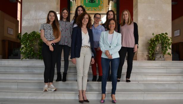 Ana María Gómez y Charo Navas con seis de las diez agentes que trabajarán este año en el programa