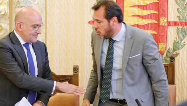 El presidente provincial del PP, Jesús Julio Carnero, y el alcalde de Valladolid, Óscar Puente, este pasado jueves