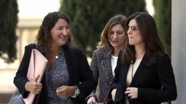 Clara Souto (d), una de las profesoras que denunciaron que sus firmas habían sido falsificadas en el caso del máster de Cristina Cifuentes, a su salida del Juzgado de Instrucción número 51 de Madrid tras declarar