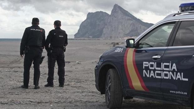 Dos agentes en una de las playas de La Línea, junto a Gibraltar