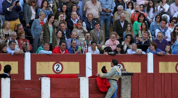 Enrique Ponce, brindando el toro a la hija de la Infanta Elena,