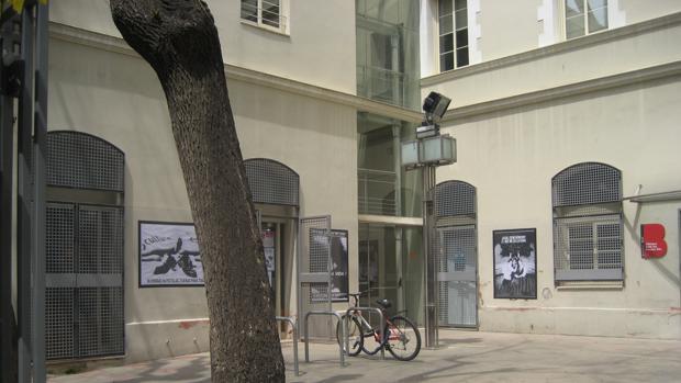 Los carteles se muestran en el interior y el exterior del edificio