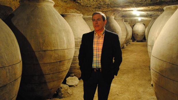 El teniente de alcalde de Valdepeñas, Manuel López Rodríguez, en la cueva rehabilitada