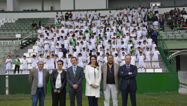 Emilio Butregueño, en el centro, entre la concejal Inés Sandoval y Marta Castellote, de la Caixa