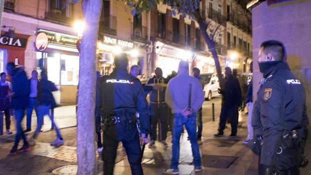 Una de las habituales redadas policiales en el barrio de Lavapiés