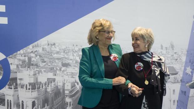 La alcaldesa de Madrid, Manuela Carmena, entrega la Medalla de Oro a Concha Velasco en los Jardines Cecilio Velasco