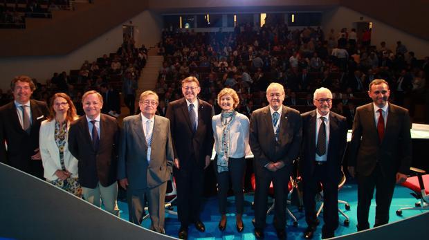 La ministra Isabel García Tejerina (centro), con el resto de autoridades y representantes de los regantes en el congreso, este martes en Torrevieja