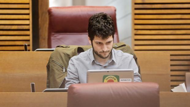 Antonio Estañ, en su escaño de las Cortes Valencianas