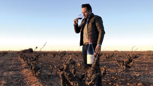 Lorenzo López Orozco, con el vino premiado, Rubatos 2016, en primer plano