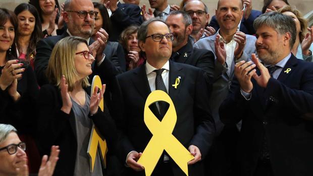 El nuevo presidente de la Generalitat, Quim Torra, posa con un lazo amarillo