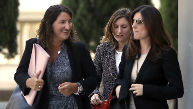 Clara Souto (derecha), una de las profesoras del máster, el jueves al salir del juzgado