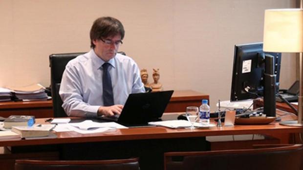 El expresidente trabajando en uno de sus despachos