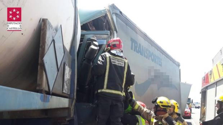 Un brutal accidente con seis camiones implicados se salda con un muerto y tres heridos