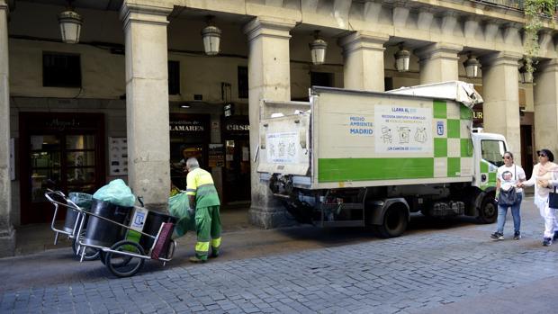 Un operario de limpieza, junto a la Plaza Mayor