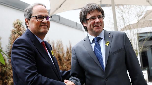 Quim Torra y Carles Puigdemont se estrechan la mano durante una rueda de prensa convocada en Berlín