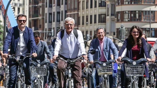 Imagen de las autoridades durante el paseo en bicicleta por Valencia