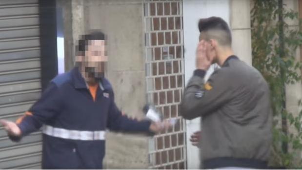Momento del vídeo del «caranchoa» tras la agresión
