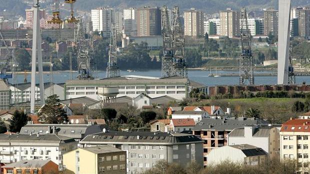 Vista de la ciudad de Ferrol. Al fondo, las torres de viviendas de Caranza