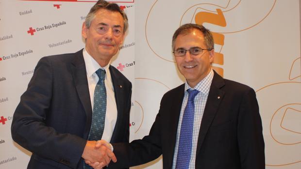 Imagen de la firma del convenio entre Comsum y Cruz Roja