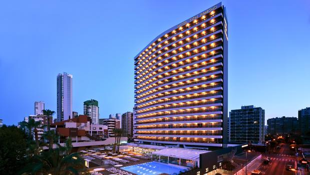 El Hotel Don Pancho, en una vista exterior nocturna