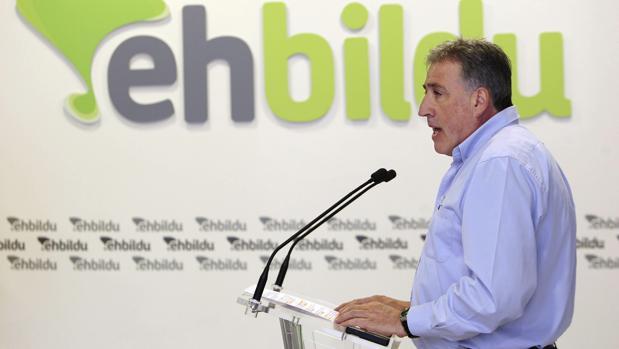 El candidato de EH Bildu a la alcaldía de Pamplona, Joseba Asirón, durante la rueda de prensa