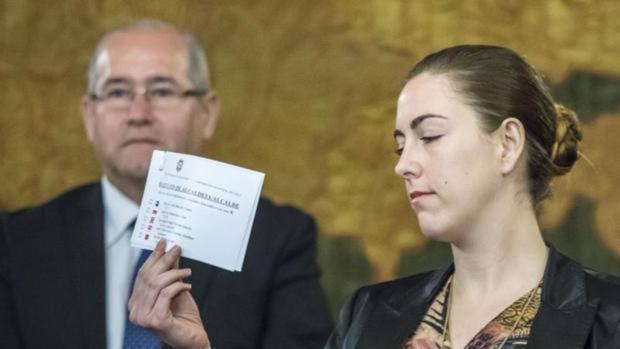 Imagen de Nerea Belmonte tomada durante el pleno en el que resultó elegido alcalde de Alicante Luis Barcala