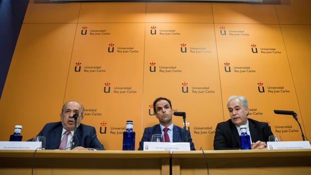 Pablo Chico (derecha), junto a Enrique Álvarez Conde y Javier Ramos