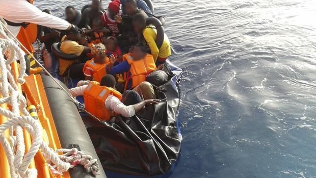 Inmigrantes de origen subsahariano rescatados en Andalucía por Salvamento Marítimo de una patera