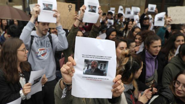 Estudiantes de la USC reclaman medidas contra el profesor, que ha pedido la absolución de los acudados de la Manada