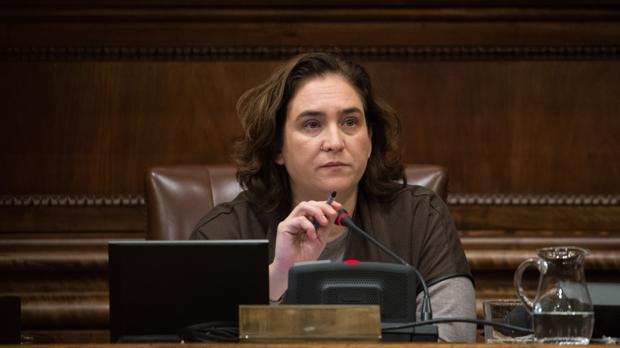 La alcaldesa de Barcelona, Ada Colau, en un pleno del Ayuntamiento