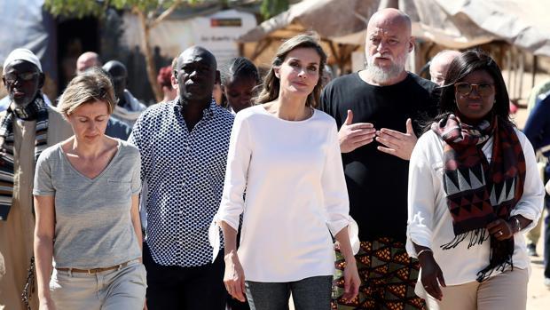 Doña Letizia, durante la visita a un centro de acogida en Dakar el pasado diciembre