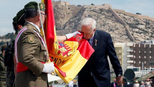 Margallo en el momento de su jura de bandera en Alicante, este domingo