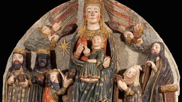 La noble Leonor González de Saz, arrodillada ante la Virgen en un relieve que ella misma ordenó elaborar