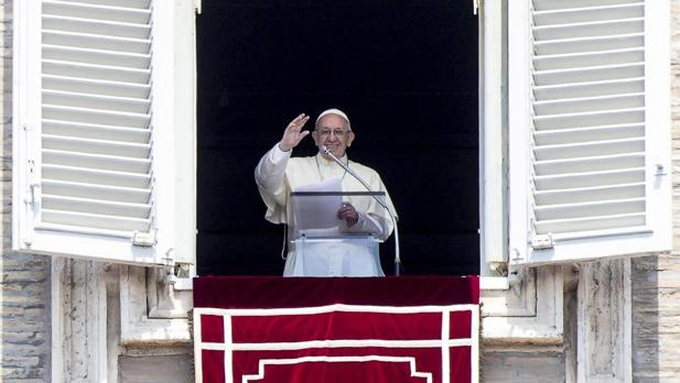 El Papa Francisco bendice a los fieles durante la oración de Regina Coeli desde la ventana de su oficina en la Plaza de San Pedro