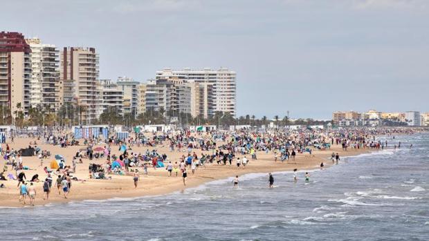 Gente en la playa en Valencia en una imagen captada este mes de mayo