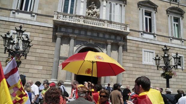 Los manifestantes se han concentrado frente al Palau de la Generalitat