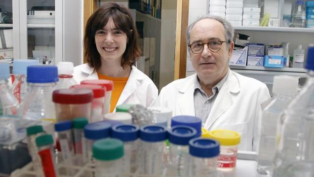 Isabel Ortuño y Nicolás Cuenca, en su laboratorio de la Universidad de Alicante