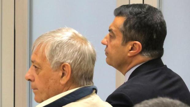 Andrés Llorens (derecha), en un juicio