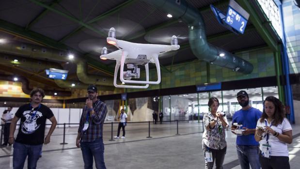 Varios usuarios pilotando un dron durante una feria especializada